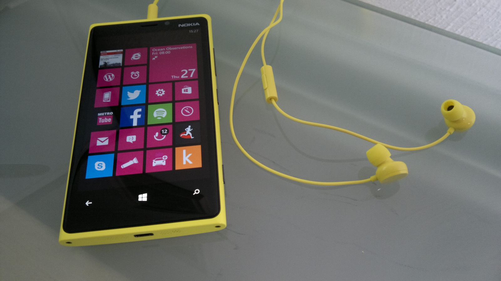 Nokia Lumia 920 with yellow headphones